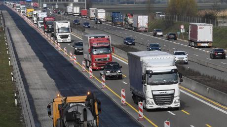 Tagsüber wird auf der Autobahn gefräst und vorbereitet, nachts der Binder für den neuen Asphalt eingebaut. Bis Pfingsten werden bei Leipheim auf sechs Kilometer Länge die Fahrbahnen erneuert.