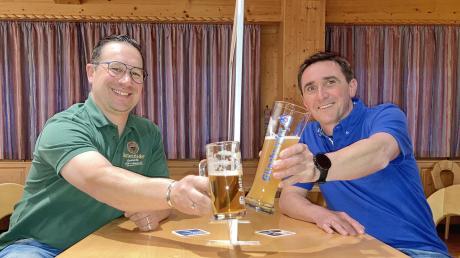 Ein kurzes Prosit am Rande der Hygiene-Trennscheibe: Martin Wörner (links) von der Schlossbrauerei Autenried und Georg L. Bucher (Radbrauerei Günzburg) werden die Bierverkostung am 25. April moderieren.