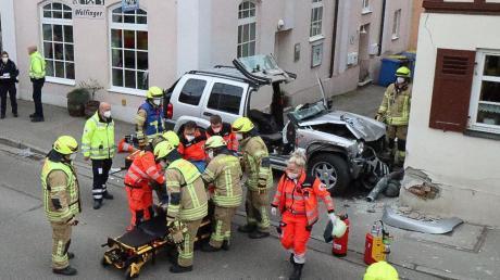 Bei einem Verkehrsunfall in Ichenhausen wurden am Sonntag zwei Personen verletzt.