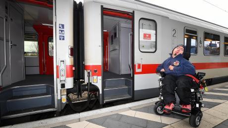Auf den Bahnsteigen in Günzburg ist es für Rollstuhlfahrer unmöglich, in Fernzüge einzusteigen. Auch für die als behindertengerecht ausgewiesenen Türen wird ein Lift oder eine Rampe benötigt, um Rollstuhlfahrern den Zustieg zu ermöglichen. Das Foto zeigt den Behindertenbeauftragten der Stadt Günzburg, Thomas Burghart.