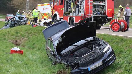 Gestern krachte es zwischen Ettenbeuren und Ichenhausen.  Die beiden Fahrerinnen wurden leicht verletzt, die Autos waren fahrunfähig.