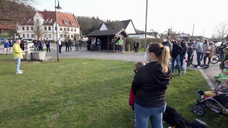 Ortstermin an der Bushaltestelle beim Dorfplatz in Haldenwang: Schülerlotsen und Eltern fordern dort mehr Sicherheit für die Schulkinder.