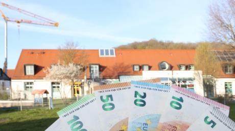 In Gundremmingen prägen zwei große Projekte den Haushalt 2021: im Hintergrund der Gundremminger Kindergarten, der derzeit erweitert wird, davor das Grundstück, auf dem das Mehrgenerationenhaus entsteht.