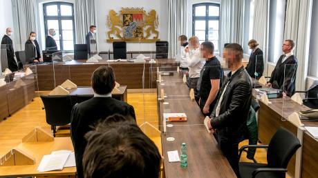 Am Montag sind die Urteile im Prozess gegen drei junge Männer aus dem Kreis Günzburg gefallen. Der Hauptangeklagte (zweite Reihe von rechts, am nächsten zum Richtertisch stehend) widerrief sein Geständnis.