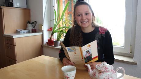 Henriette Söll mit einem Flyer des Missionskrankenhauses Diospi Suyana im Süden Perus: In einigen Monaten wird die Burgauerin dort sein.