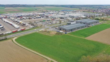 Blick auf Burtenbach von oben: Im Norden des Ortes bekommt der Industriebetrieb Kögel eine zusätzliche Fläche zwischen Ortsumfahrung und Hauptstraße. Die Gewerbeflächen westlich der Hauptstraße werden vergrößert.