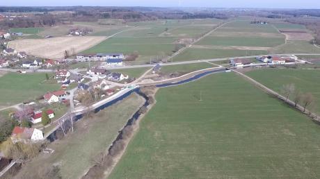 """Blick auf einen Teil des fertiggestellten Hochwasserschutzes bei Kemnat: (von links unten) """"Obere Eckmühle"""" bis zur Kreisstraße GZ1."""