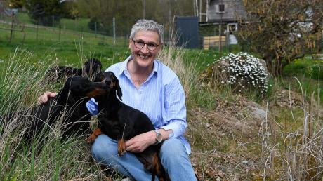 Doris Egger ist seit einem Jahr Bürgermeisterin in der Gemeinde Haldenwang. Sie hat nach 24 Jahren ihren männlichen Vorgänger abgelöst und war damit die erste Frau auf dieser Position. Ihre vier Hunde und der große Garten sind Ausgleich für Beruf und kommunales Ehrenamt.