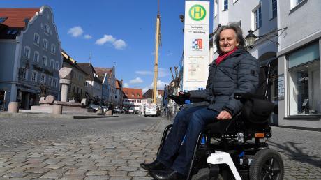 Doris Schwarz wartet auf dem Günzburger Markt auf den Bus – und dass alle Haltestellen so umgebaut werden, dass sie die Fahrzeuge mit dem Rollstuhl nutzen kann, ohne auf eine Rampe oder Ähnliches angewiesen zu sein. Mitunter sei der Abstand zwischen Bus und Bordstein zu groß für einen barrierefreien Einstieg.