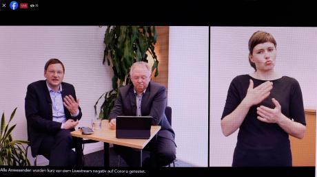 """Landrat Hans Reichhart (links) und Georg Schwarz als Behindertenbeauftragter im Landkreis Günzburg antworten in der digitalen Bürgersprechstunde """"Spezial"""" Bürgern zum Thema """"Leben mit Behinderung – was können wir gemeinsam im Landkreis verbessern?"""" Simultan übersetzte in Gebärdensprache die Gebärdendolmetscherin Ursula Erfurth."""