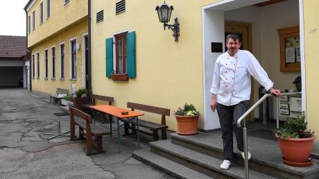 Franz Feuchtmayr ist Wirt und Inhaber des Gasthofs Zur Sonne in Jettingen. Noch sind die Möbel für die bald mögliche Außengastronomie bei einem Handwerker in Produktion. Er will im Innenhof seine Gäste bewirten.
