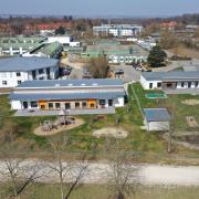 Das Klinikgelände in Günzburg. Im Vordergrund sind die beiden Gebäude von Kids & Company zu sehen. Ein Gebäude davon gehört den Bezirksklinken bereits, das andere wollen sie erwerben. Ein Gutachter ermittelt derzeit den Wert.