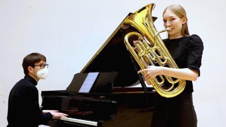 """Lena Wieser aus Burgau nimmt beim Bundeswettbewerb """"Jugend musiziert"""" teil, der heuer in digitaler Form stattfindet. Begleitet wurde sie von dem Pianisten Viktor Soos aus Lübeck. Das Video ist fertig, nun entscheidet die Jury."""