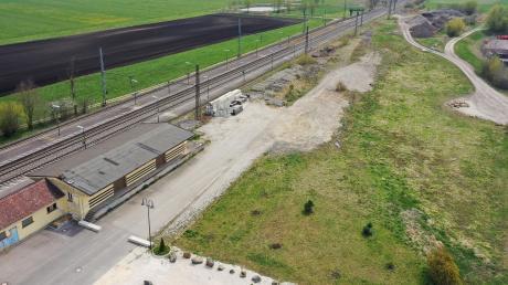 Die noch unbebaute Fläche rechts neben dem Bahnhof will künftig der AMC Burgau nutzen.