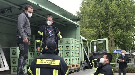 Alles andere als Alltag in der Gemeinde Bibertal: An der Grundschule Kissendorf hat die Feuerwehr am Freitag- und Samstagabend Trinkwasser für die betroffene Bevölkerung ausgegeben.