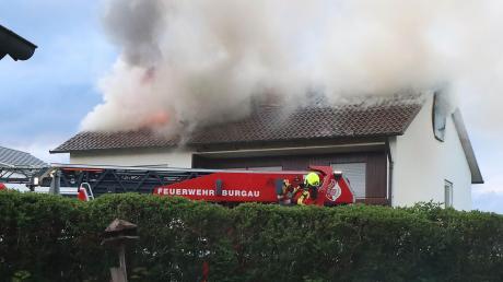 Das Dachgeschoss eines Mehrfamilienhauses in Offingen hat am Freitag gebrannt. Mehrere Feuerwehren waren mit etwa 70 Kräften im Einsatz.
