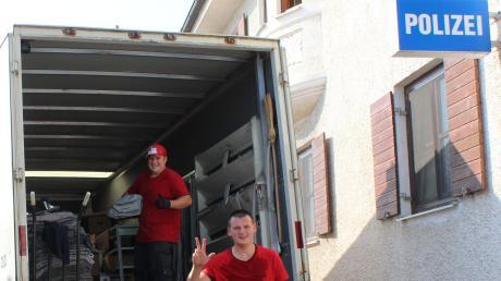Auch eine Umzugsfirma ist daran beteiligt, dass die Polizei in Burgau an ihren neuen Standort kommt.