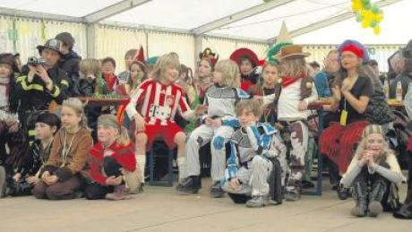 Beim Fastnetswochenende der Lacha-Dreggler und der Drachenbläser in Bellenberg war bei der närrischen Kinderfastnet Hochstimmung im Zelt angesagt.