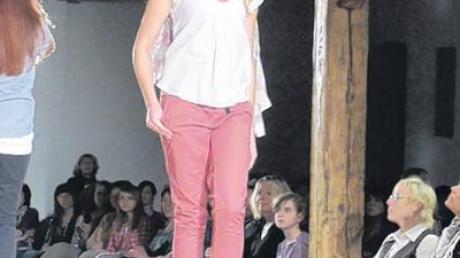 Der Frühling kann kommen mit dieser rosa Chino-Hose und dem zarten Top.