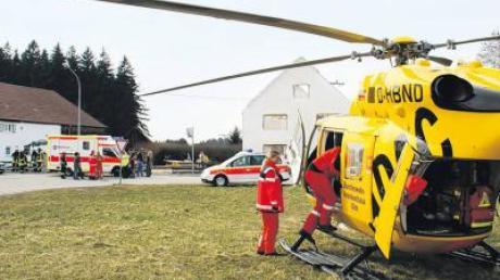 Mit dem Hubschrauber wurde der Schwerverletzte in die Uni-Klinik nach Ulm gebracht. Im Hintergrund ist das halb abgerissene Haus zu sehen.