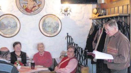 Rudolf Cermak erklärt den Senioren im Bellenberger Schützenheim, dass man nie zu alt ist, um zu helfen.
