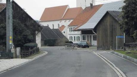 Nach Abschluss der Sanierung der Ortsdurchfahrt Kirchhaslach wird der neue Straßenverlauf im Frühjahr durch das Vermessungsamt abgemarkt.