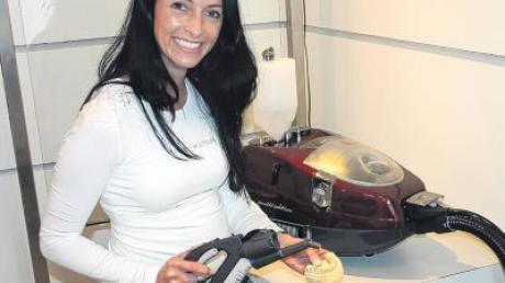 Die Altenstadter Firma Beam setzt auf hochwertige High-Tech-Reinigungsgeräte. Unser Bild zeigt die Mitarbeiterin Doris Leppelt mit der neuesten Produktreihe eines Beam-Dampfsauggeräts mit Heißwasser-Modul.