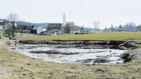 Fünf Regenrückhaltebecken müssen in Kirchhaslach gebaut werden. Im Bild ein Becken beim Kirchhaslacher Gewerbegebiet.