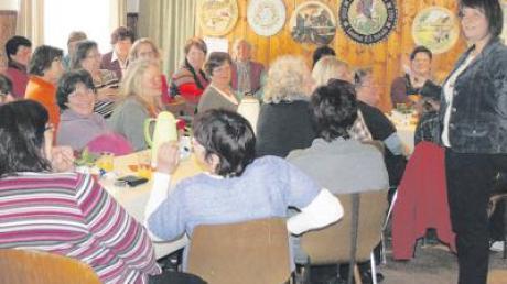Plaudern, zuhören und nebenbei frühstücken, das geht alles beim Frauenfrühstück im Schützenheim in Weiler. Rechts im Bild Referentin Margret Färber.