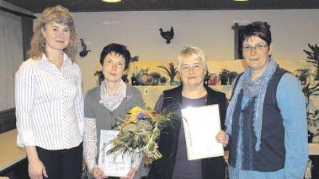 Bürgermeisterin Gabriele Janowsky (links) und Vorsitzende Martina Weber (rechts) gratulierten die Geehrten Emmi Keller (Zweite von links) und Inge Kolb.
