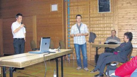 Jürgen Schuster von der Telekom und Breitbandpate Alexander Hruschka (von links) beim Info-Abend in der Turnhalle, wo es um Anschlussmöglichkeiten ging.