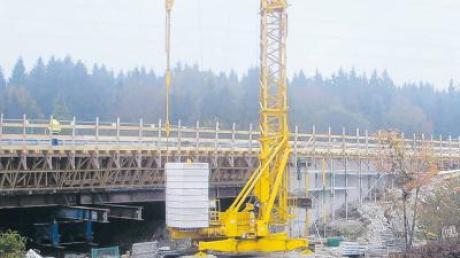 Auf der A7 Richtung Füssen wird die Brücke über den Illerkanal zurzeit saniert. Nun ist die Brücke in einer Fahrtrichtung fertiggestellt. Ab Mai erfolgt die Sanierung der Gegenrichtung.