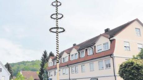 Nach über 20 Jahren hat Altenstadt wieder einen eigenen Maibaum und feiert dies auch gebührend. Er wurde am Hermann-Rose-Platz aufgestellt.