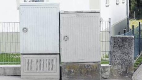 Neben den vorhandenen Kabelverzweiger-Kästen der Telekom (im Bild an der Dorfstraße in Bebenhausen) wird die Firma Smart-DSL ihre eigenen Kabelverzweiger installieren.
