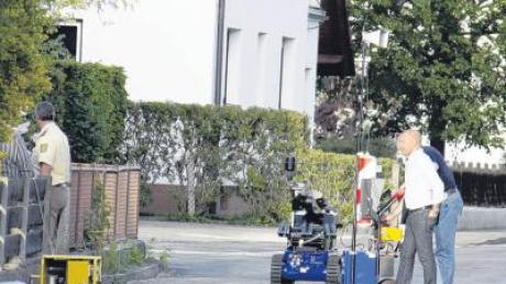 Mit diesem kleinen blauen Roboter untersuchte die Polizei am Montag in Dietenheim eine Wohnung, in der Sprengfallen vermutet wurden. Tatsächlich lagerten dort diverse gefährliche Gegenstände.