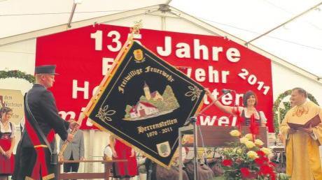 Die neue Fahne der Herrenstetter Feuerwehr ist enthüllt und hat von Pfarrer Martin Jung ihren Segen erhalten – und auch die Namen der hübschen Festdamen haben in einem Fahnenbanner ihren Platz erhalten. Am Wochenende hat die Herrenstetter Wehr ein imposantes Fest zu ihrem 135-jährigen Bestehen gefeiert.