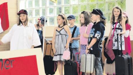 """Mit der Einladung """"Besuchen Sie Europa"""" nahm die AG Theater ihr Publikum beim Europafest in der Kettershauser Schulturnhalle mit auf eine lehrreiche, aber auch lustige Länderreise."""