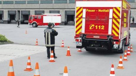Sicheres Rückwärts-Einparken in eine enge Leitkegelgasse ist einer der Bestandteile des Fahrer-Sicherheitstrainings, das von 32 Feuerwehr-Fahrern aus dem gesamten Landkreis Neu-Ulm absolviert wurde.