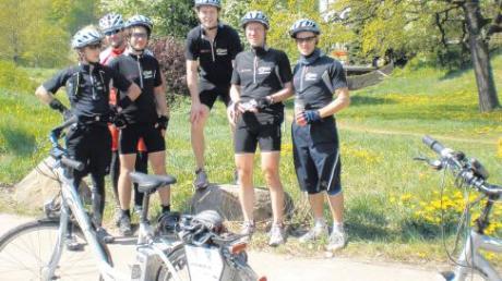 Thorsten Jung (ganz rechts) fuhr mit fünf Mitstudenten quer durch Deutschland. Sie wollten sogenannte Pedelecs einem Belastungstest unterziehen. Hier stehen die Studenten vor der Wartburg.