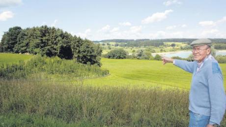 Oberhalb des sogenannten Petzentals blickt Alfred Kober auf seinen neu angepflanzten Laubwald. Sein Ziel: Den unbewaldeten Teil der Günztalleite zu bepflanzen. Grundstücke dafür hat er bereits erworben. Im Hintergrund zu sehen: der Oberrieder Weiher.