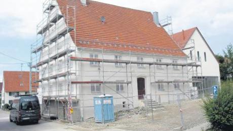 Mit Volldampf laufen die Arbeiten am neuen Dorfzentrum in Buch. Jetzt gilt es, für das komplett sanierte historische Gasthaus Lamm (links) noch einen Pächter zu finden.