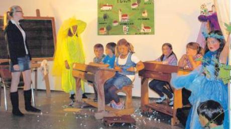 """Nicht nur Eltern staunten, wie locker und witzig die Nachwuchsakteure des Greuther Theater das Stück """"Ein verrückter Schultag"""" auf die Bühne brachten."""