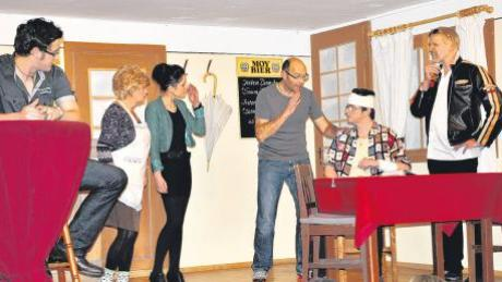 """Mit der Komödie """"Amore mio"""" bringt die Oberrother Theatergruppe zahlreiche amüsante Szenen auf die Bühne, die die Lachmuskeln des Publikums strapazieren."""