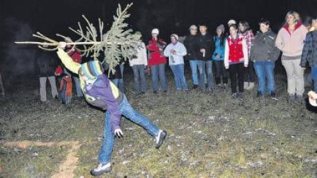 Die jüngeren Teilnehmer konnten es kaum erwarten, die von Schmuck und Kugeln befreiten Christbäume möglichst weit zu werfen.