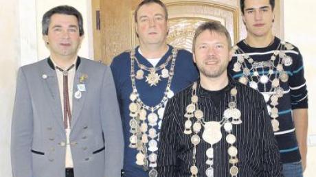 Vorsitzender Herbert Künzl (ganz links) kürte die neuen Würdenträger des Schützenvereins Oberroth (von links): Martin Fischer, Günther Wachter und Peter Morath hatten am besten gezielt.