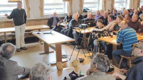 """Anton Glogger-Hönle spricht zu Güllemanagement in der """"Linde"""". Dies und weitere Fragen zu Futterbau waren Thema der Tagung für Landwirte aus der Region."""
