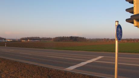 Zwischen Bellenberg (links) und Betlinshausen soll über freies Feld eine neue Straße zur geplanten Autobahnauffahrt an der Kreisstraße NU 15 gebaut werden.