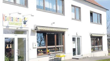 """Das Gemeindeamt Osterberg, in dem sich der Kindergarten """"Rabennest"""" befindet, soll trockene Außenmauern bekommen, weshalb aufgegraben werden muss."""