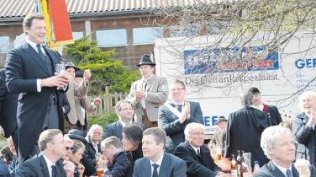 Das Trauer-Fest in und vor der Turnhalle in Osterbergwährte bei Musik, gehaltvoller Verköstigung und vielen Gesprächen bis in den späten Nachmittag hinein.