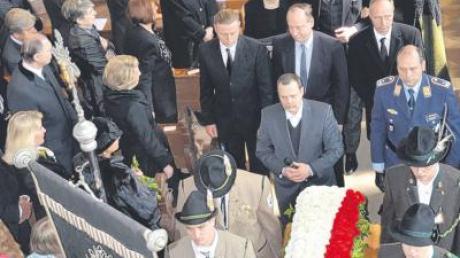 Beim Auszug tragen Schützen von Osterberg und Weiler den Sarg in den Farben der Malsen-Ponickau, dahinter Pfarrer Scharrer, Rainer Schmalle und die Familien.
